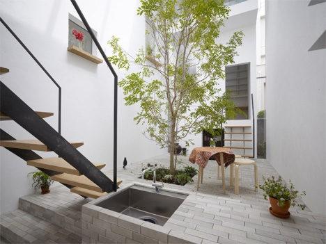 """minna no ie house tree in courtyard 468x351 06 14 294978 - Kelebihan """"Courtyard"""" Buat Kediaman Moden Dengan Nilai Estetika Yang Tinggi"""