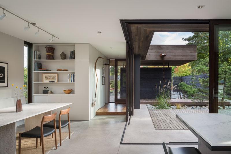 """modern dining room 310717 1215 06 800x534 06 52 785765 - Kelebihan """"Courtyard"""" Buat Kediaman Moden Dengan Nilai Estetika Yang Tinggi"""