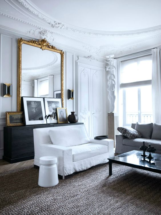 04 an antique french framed mirror adds chic and beauty to this living room 01 03 523022 - Trik Menghias Kediaman Moden Dengan Rona Hitam Dan Putih