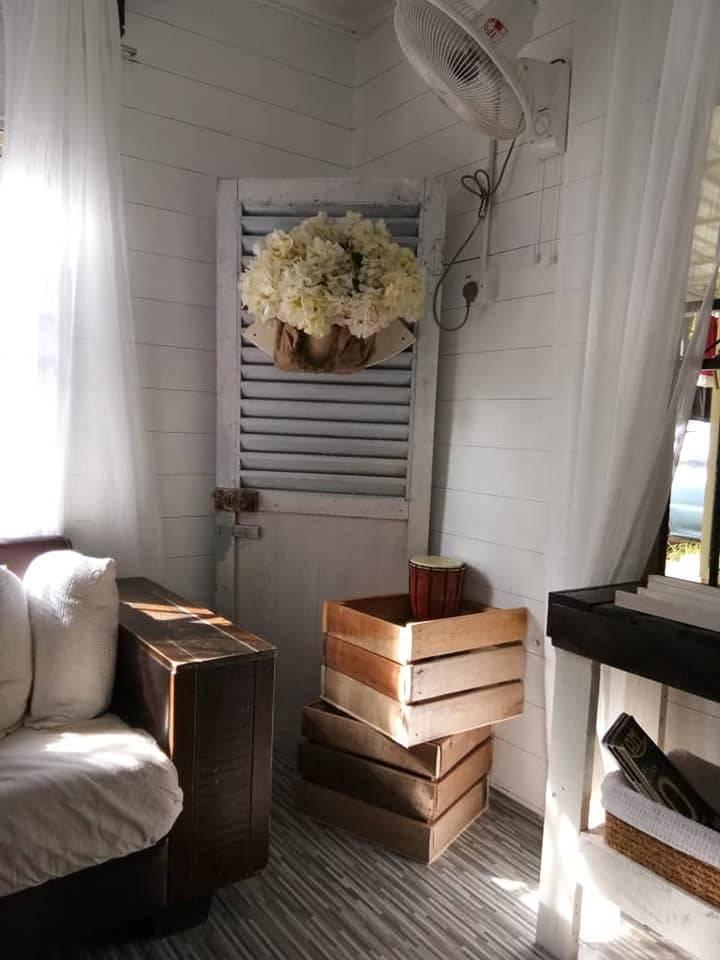 Makeover Ruang Tamu Konsep Farmhouse Guna Barang DIY, Shiplap Wall Pakai Marker Pen Je 4